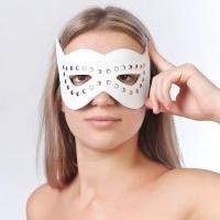 Маска на глаза с разрезами и заклепками белая 3087-3